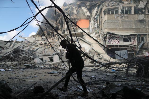 Un hombre corre a protegerse de un bombardeo de Israel en Gaza capital, el 13 de