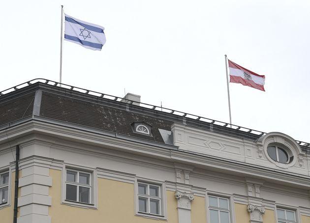 Il cancelliere austriaco Kurz issa la bandiera di Israele sulla cancelleria a