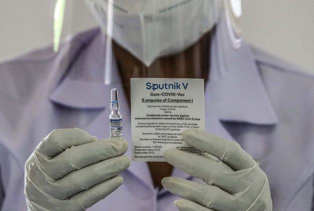 Sputnik-V: Πολλές προσδοκίες αλλά λίγες δόσεις για το ρωσικό