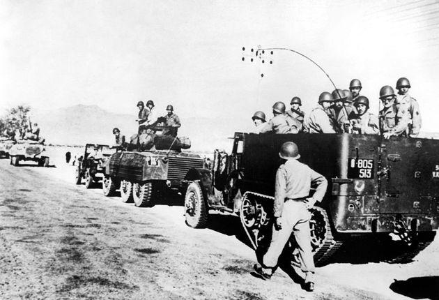 Algerienkrieg: Französische Militärkolonne auf dem Weg in das Unruhegebiet...