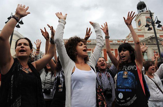 Un grupo de personas se manifiestan en la Puerta del Sol el 18 de mayo de