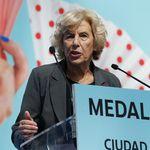El feo gesto de Ortega Smith (Vox) a Carmena durante la entrega de Medallas de Honor de