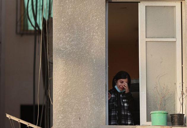 Κορίτσι στην Παλαιστίνη βλέπει τα χαλάσματα έξω από το σπίτι