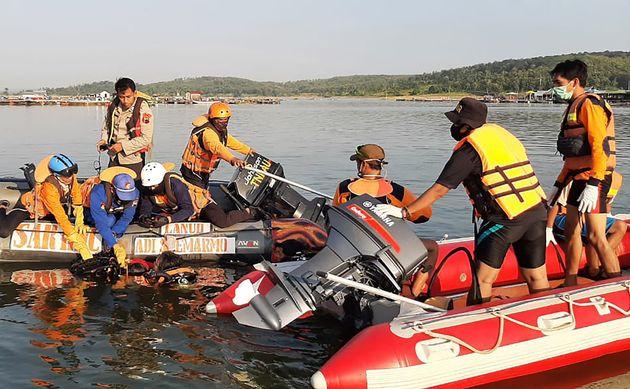 Un bateau chavire à cause dun selfie en Indonésie, au moins 7 morts