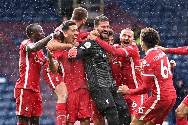 Le gardien de but de Liverpool, le Brésilien Alisson Becker, célèbre son but le 16 mai