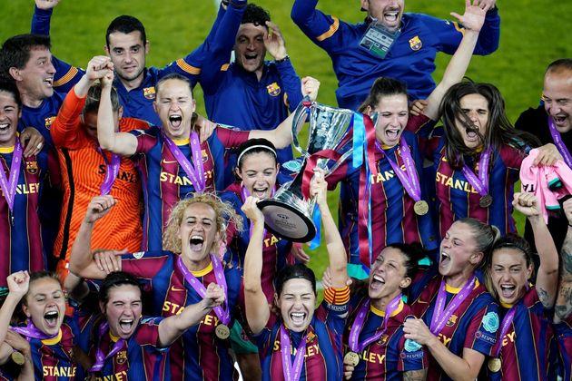 Las jugadoras del Barcelona celebran la victoria en la