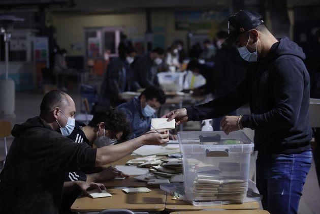 Funcionarios inician el conteo de votos este domingo, en Santiago de