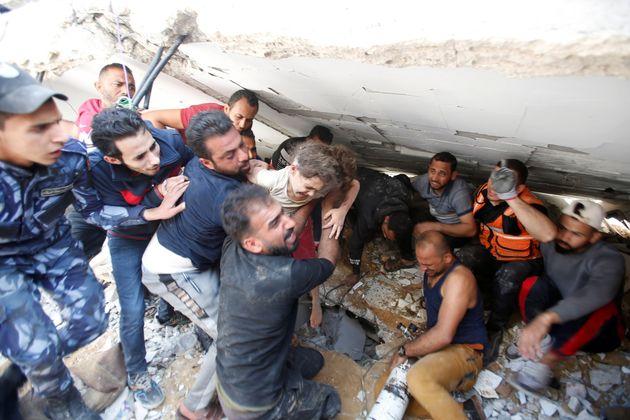 Suzy Eshkuntana, de seis años, es rescatada de entre las ruinas de su casa en Gaza