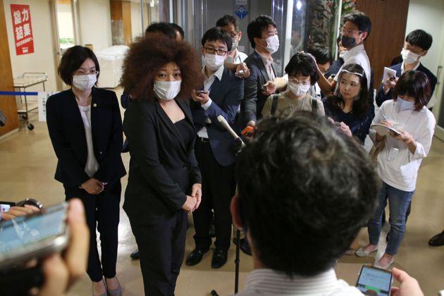 報道陣の取材を受ける響子さん(2020年8月6日)