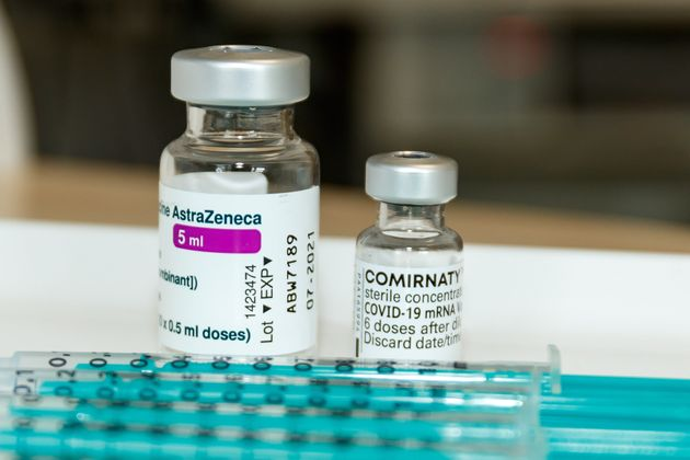 Pfizer και AstraZeneca: Ποιο εμβόλιο παράγει τα περισσότερα