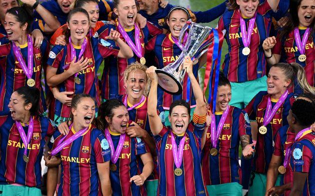El equipo femenino de fútbol del FC Barcelona celebra su título de
