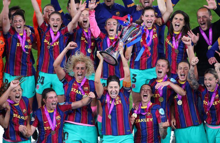 Vicky Losada, capitana del FC Barcelona, levanta la copa de la Champions League femenina 2021 junto al resto del equipo.