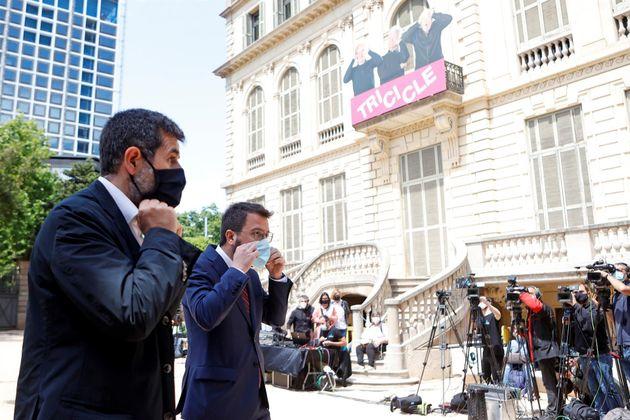 El secretario general de Junts, Jordi Sánchez (izq) y el candidato de ERC a la presidencia, Pere Aragonès,...