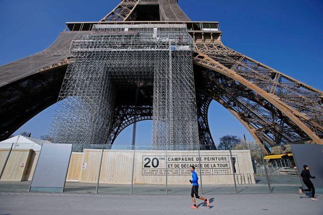La Tour Eiffel est recouverte d'un échafaudage et de filets de protection pour sa 20ème...