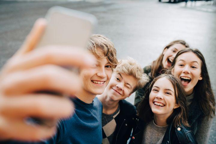 Adolescentes haciéndose un selfie.
