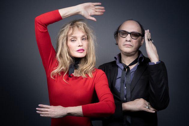 Arielle Dombasle et Nicolas Ker posant ensemble à Paris, le 12 juin