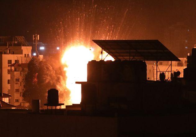 El ejército israelí ataca varios edificios en la ciudad de Gaza, este