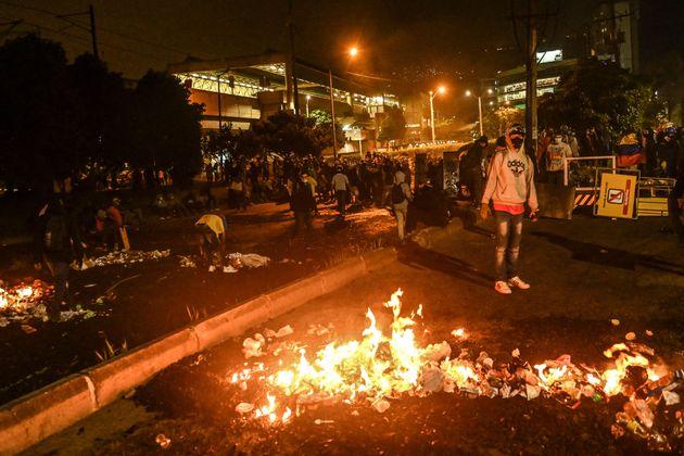 Los manifestantes bloquean una carretera durante las protestas en