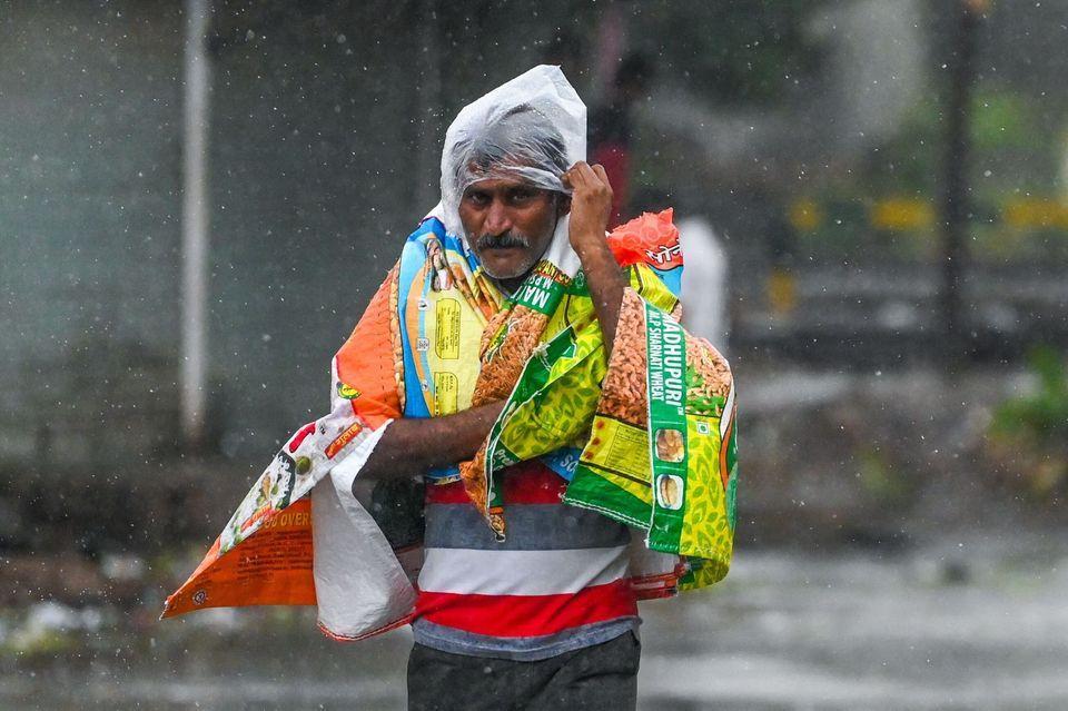 Με την πανδημία ήρθε και ο κυκλώνας στην Ινδία - Εκκενώσεις νοσοκομείων, νεκροί και