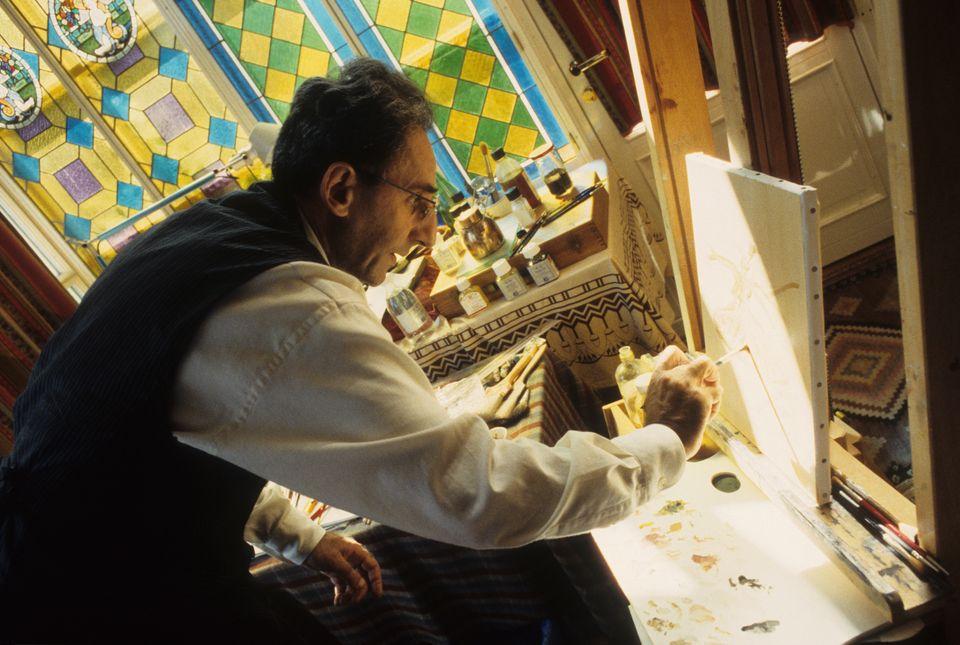 Franco Battiato dipinge nella sua casa di Milo, Catania, nel