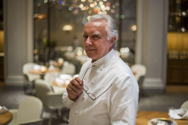 Le chef français Alain Ducasse dans son restaurant du Plaza Athénée à Paris,...