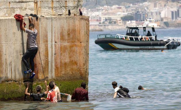 Varios migrantes intentan entrar en el lado