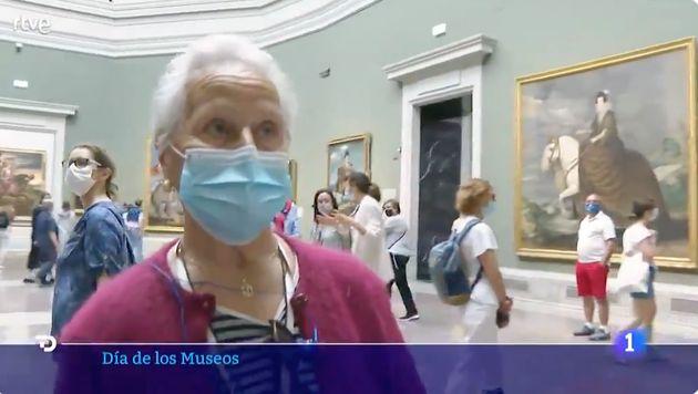 Josefa mirando por primera vez 'Las Meninas' en el Museo del