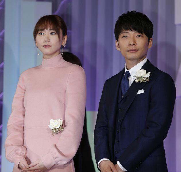 東京ドラマアウォード2017で作品賞連続ドラマ部門でグランプリを受賞した「逃げるは恥だが役に立つ」の新垣結衣(左)と星野源(東京都港区)