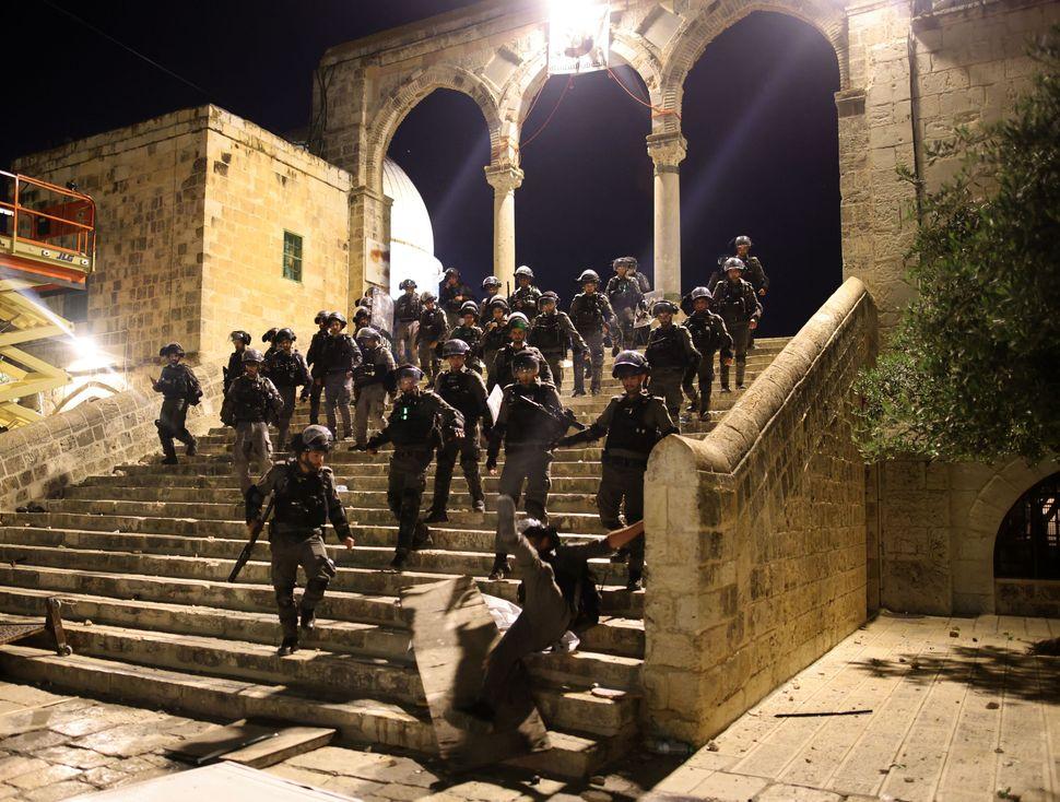 Le forze di sicurezza israeliane si schierano nella moschea al-Aqsa a Gerusalemme il 10 maggio
