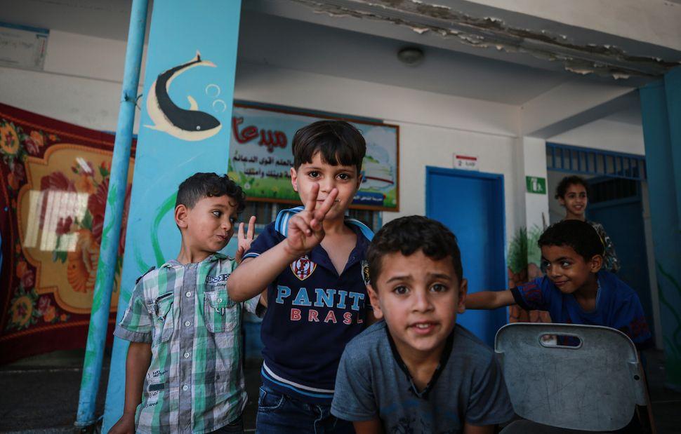 Bambini palestinesi sfollati con le loro famiglie nella Striscia a causa degli attacchi israeliani nell'area,...