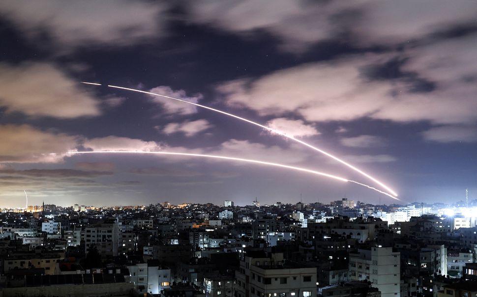 Razzi vengono lanciati verso Israele da Gaza City, controllata dal movimento palestinese di Hamas, 18...