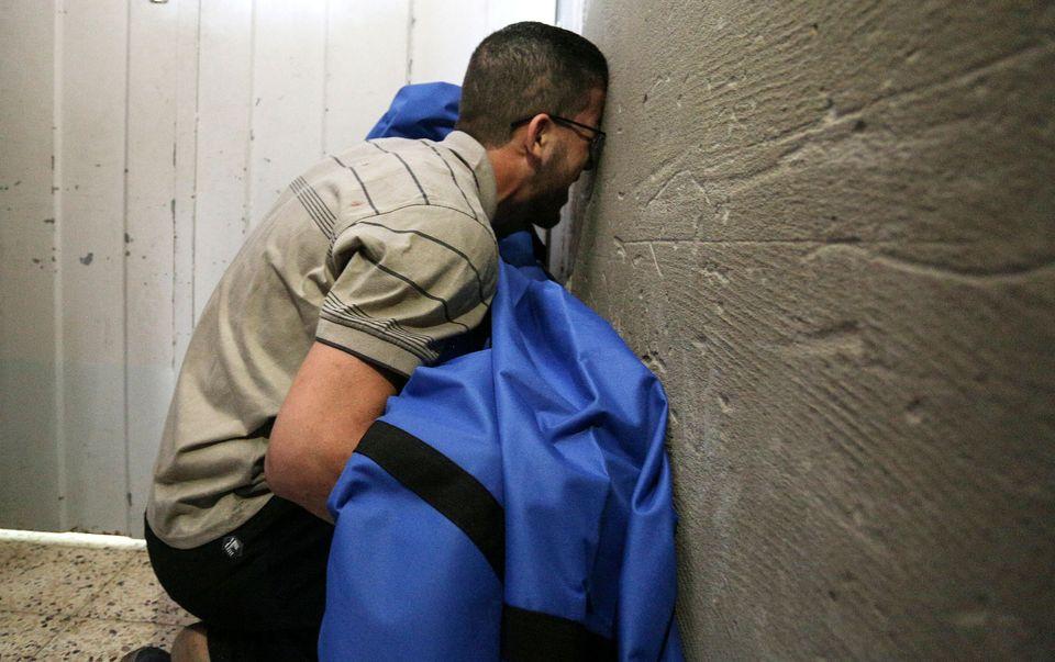 Il padre della dodicenne Rahaf al-Dayer tiene il suo corpo coperto all'ospedale di al-Shifa, dopo che è stata uccisa in un attacco aereo israeliano, 17 maggio 2021
