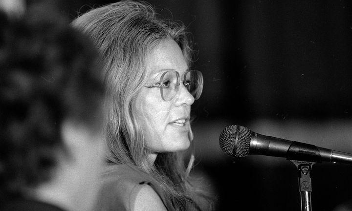 Gloria Steinem da un discurso en 1984 en San Francisco.