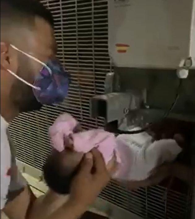 El monitor de Cruz Roja, poniendo a salvo a la