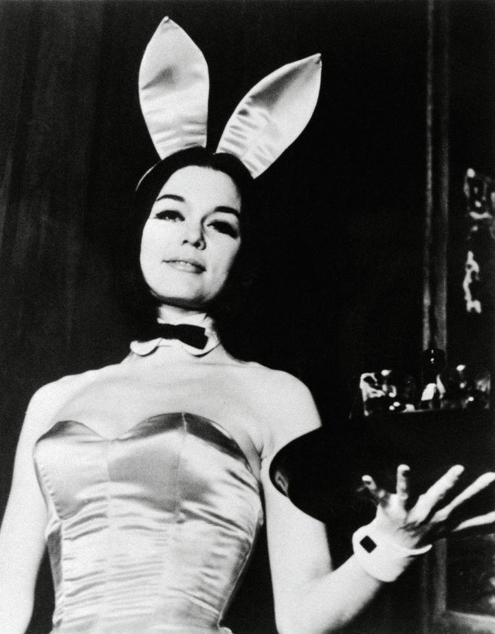 Gloria Steinem vestida de conejita Playboy.