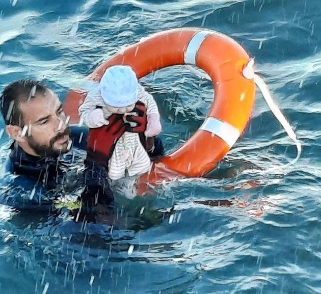 Juan Francisco saca a un niño del agua en una playa de El