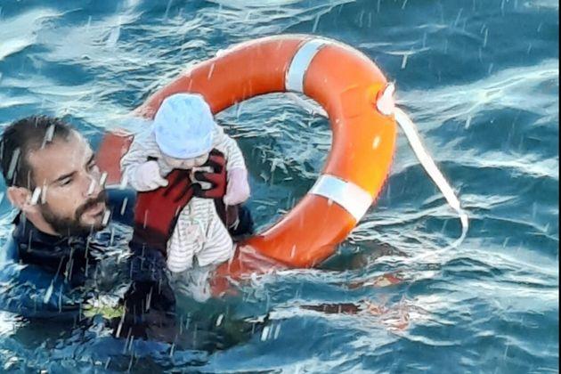 Un membre de la Garde civile espagnole sauve un bébé des eaux, à Ceuta en Espagne où des milliers de...