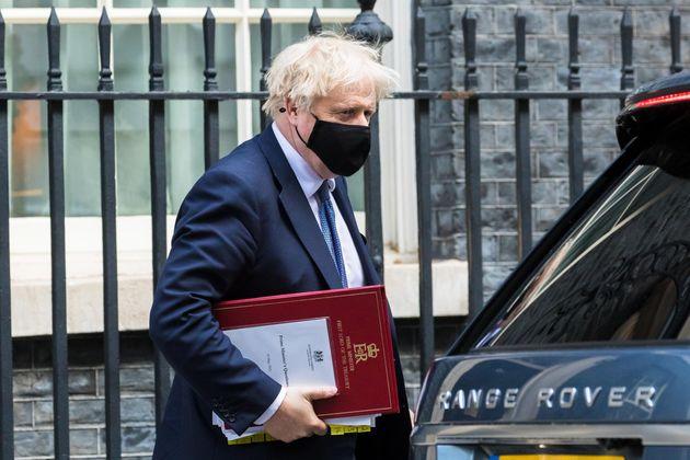epa09211365 El primer ministro británico Boris Johnson sale del número 10 de Downing Street para preguntas del primer ministro ...