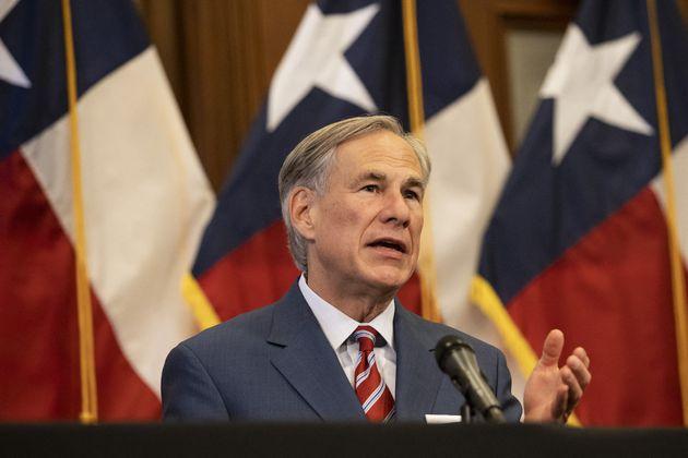 Le gouverneur du Texas Greg Abbott a signé une loi interdisant l'avortement au-delà de six semaines de...