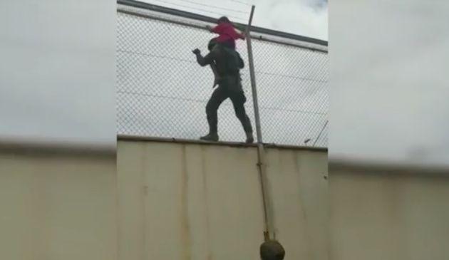 Un legionario salva a un niño atrapado en la valla de