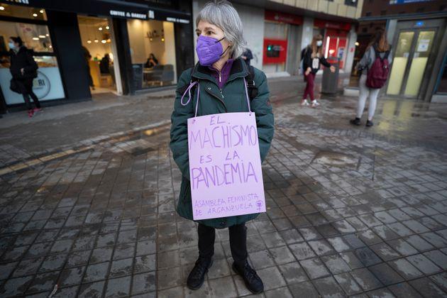Una mujer, en la manifestación por el 8M en el barrio de Vallecas, Madrid, el 8 de marzo de