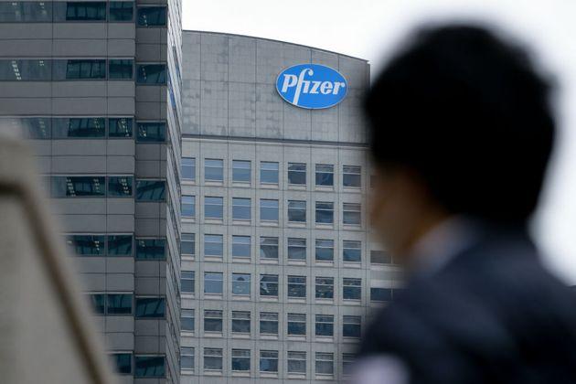 Logo de la farmacéutica Pfizer en un edificio de Tokio
