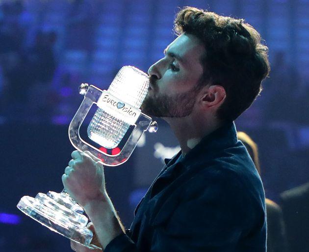 Le chanteur originaire des Pays-Bas, Duncan Laurence, embrassant le trophée de l'Eurovision 2019,...