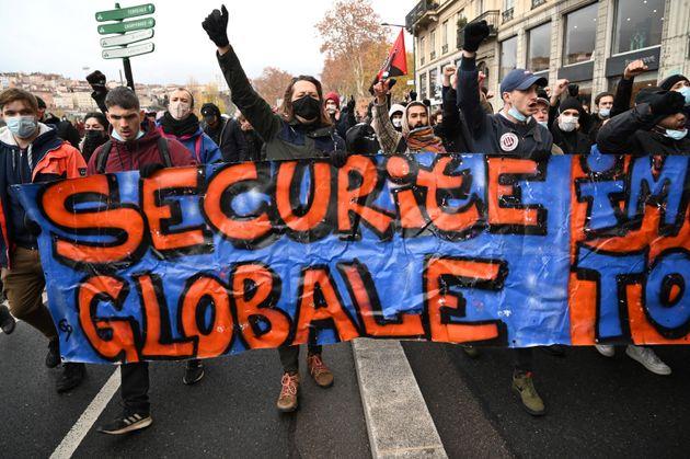 Des manifestants défilent contre la loi Sécurité globale le 20 décembre 2020 à Lyon (Photo PHILIPPE DESMAZES...