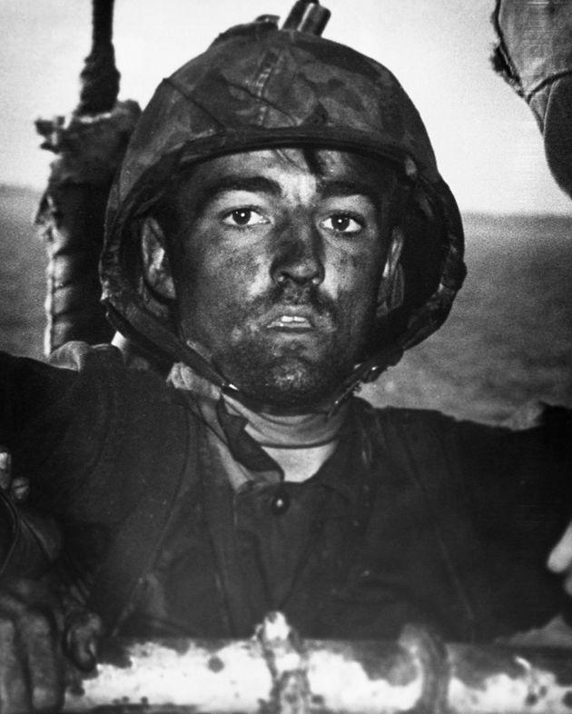 LIFE誌の有名な「1000ヤードの凝視」。うつろで焦点の定まらない眼差しの若いアメリカ兵が、感情のないまま遠くを見つめる。A Marine covered in sweat, grime, and coral...