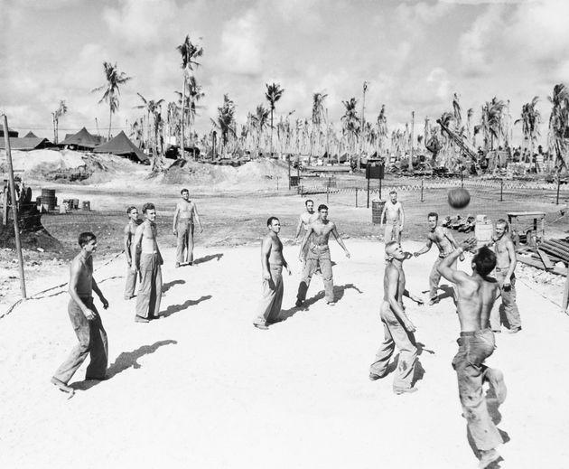 エニウェトク環礁でリラックスするアメリカ兵士