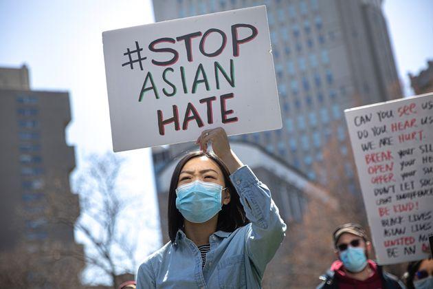 Une femme tient un panneau