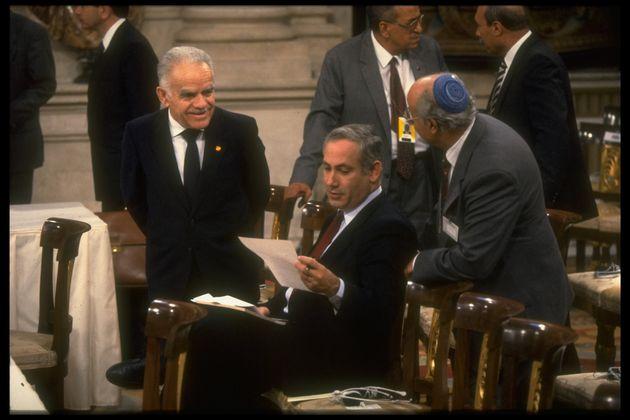 Netanyahu, con el primer ministro israelí Yitzhak Shamir (a la izquierda), en la apertura de la...