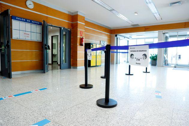 Vista del acceso a la zona de vacunación contra el covid-19 en el Hospital Severo Ochoa de
