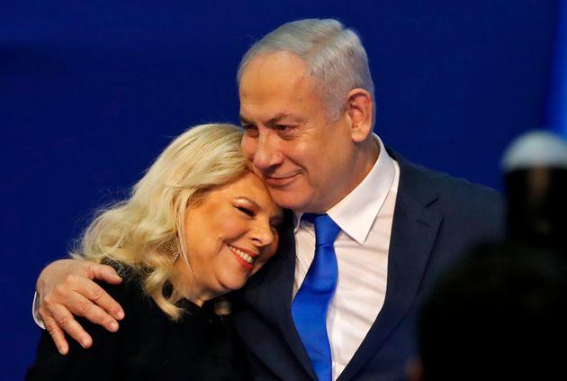 Benjamin Netanyahu abraza a su esposa, Sara, en la noche electoral del pasado